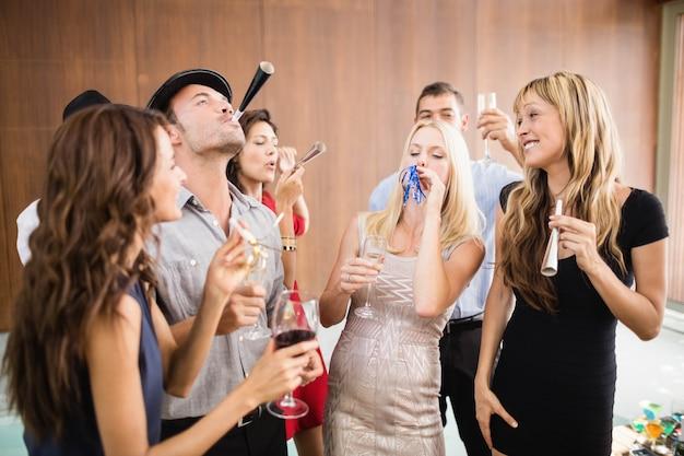 Gruppo di amici che si divertono alla festa