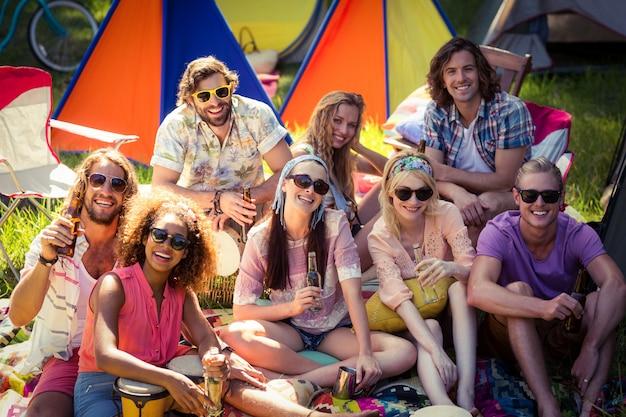 Gruppo di amici che si divertono insieme al campeggio