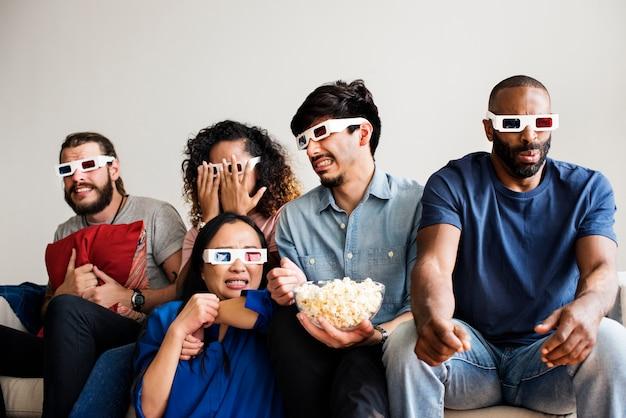 Gruppo di amici diversi che guardano film in 3d insieme
