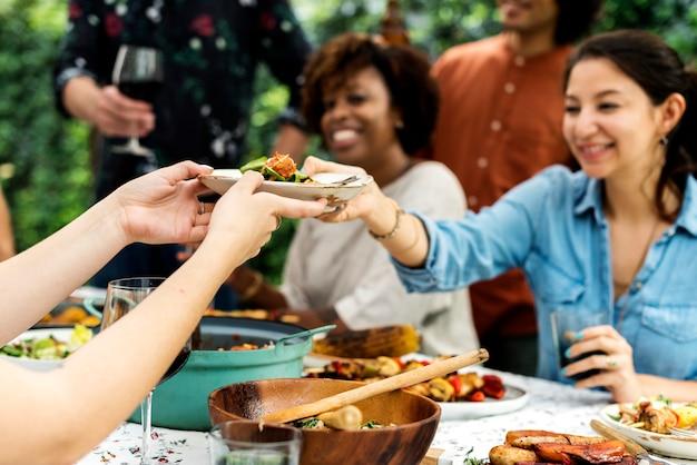 Gruppo di amici diversi godendo la festa d'estate insieme