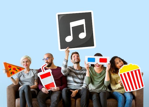 Gruppo di amici diversi tenendo emoticon di film