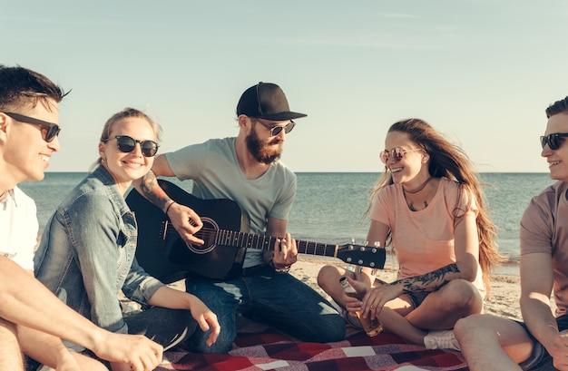 Gruppo di amici divertendosi sulla spiaggia