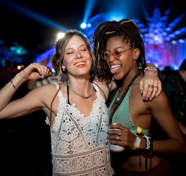 Gruppo di amici eventi divertenti che ballano le vacanze