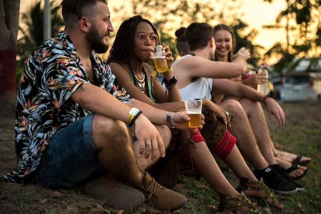 Gruppo di amici eventi divertenti che celebrano insieme