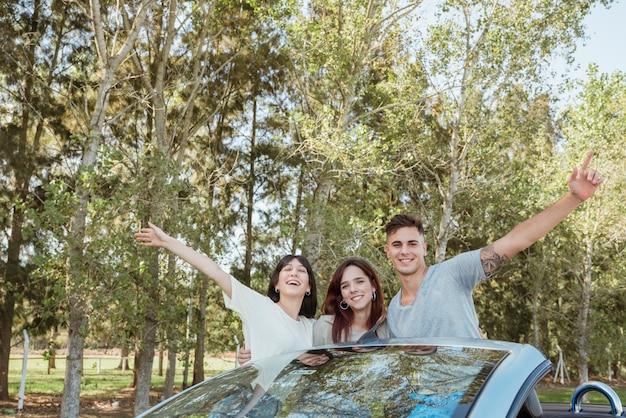 Gruppo di amici facendo un viaggio