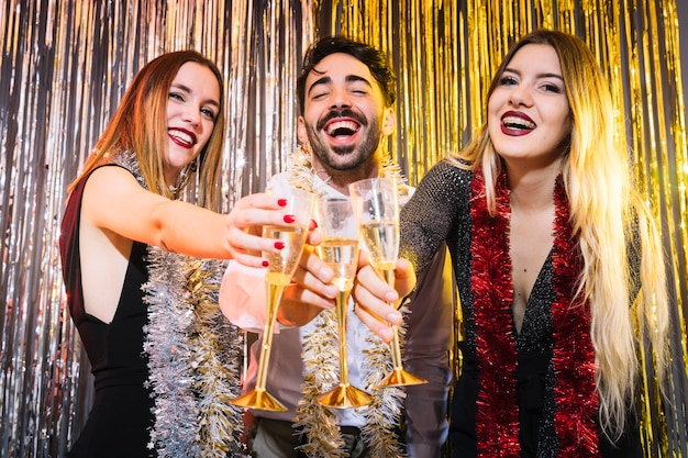 Gruppo di amici felici alle celebrazioni del 2018
