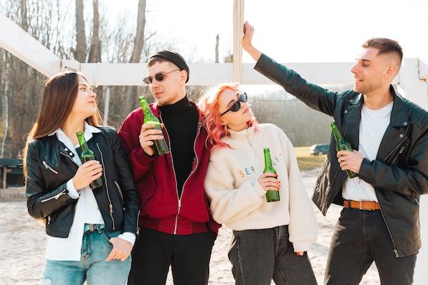 Gruppo di amici felici con birra divertendosi insieme