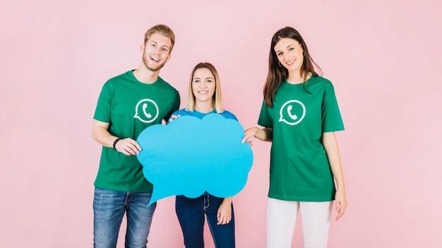Gruppo di amici felici con nuvoletta blu su sfondo rosa