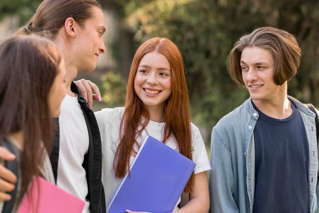 Gruppo di amici felici di tornare all'università