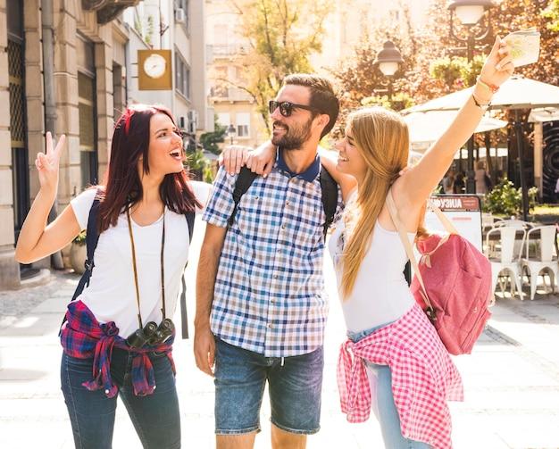 Gruppo di amici felici divertendosi in strada