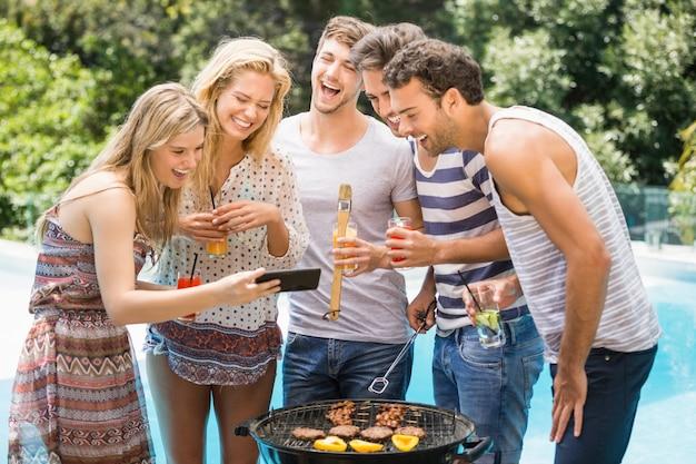 Gruppo di amici felici guardando il telefono cellulare