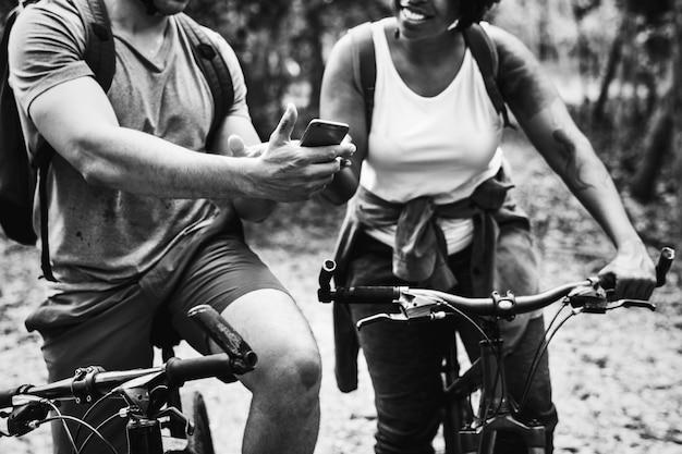 Gruppo di amici fuori andando in bicicletta insieme