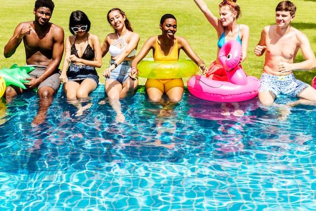 Gruppo di amici hipster allegri in vacanza estiva