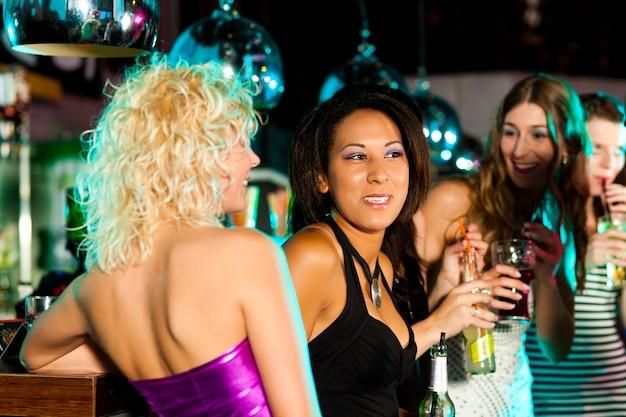 Gruppo di amici in discoteca