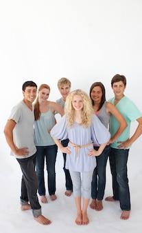 Gruppo di amici in piedi su sfondo bianco con copia-spazio