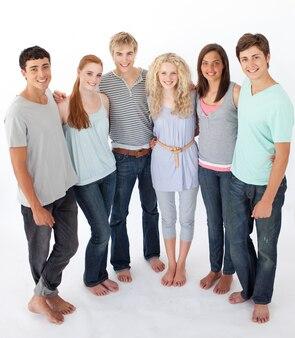 Gruppo di amici in piedi su sfondo bianco