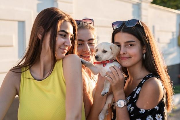Gruppo di amici in posa con cane carino