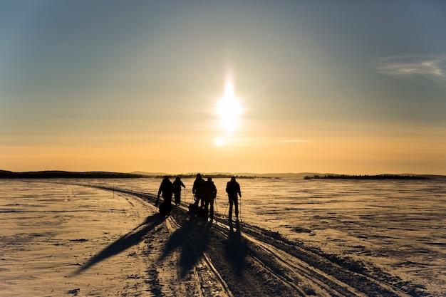 Gruppo di amici in spedizione sciistica