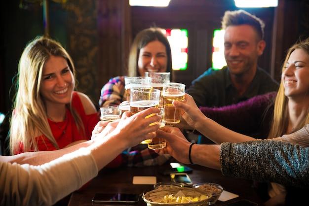Gruppo di amici in un pub