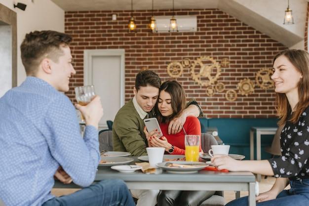 Gruppo di amici in un ristorante