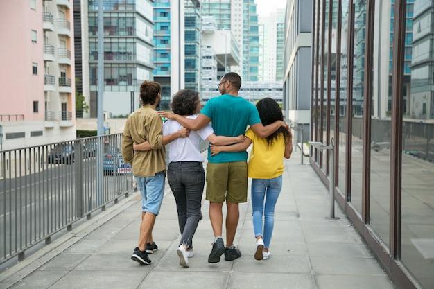 Gruppo di amici intimi che trascorrono insieme il tempo libero