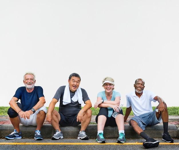 Gruppo di amici senior rilassanti insieme dopo un esercizio