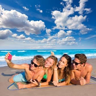 Gruppo di amici turistici in una spiaggia tropicale