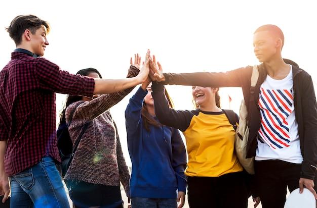 Gruppo di amici tutti i cinque alti insieme