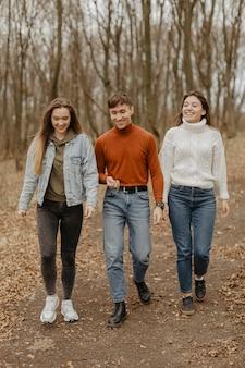 Gruppo di amici viaggio durante la stagione invernale