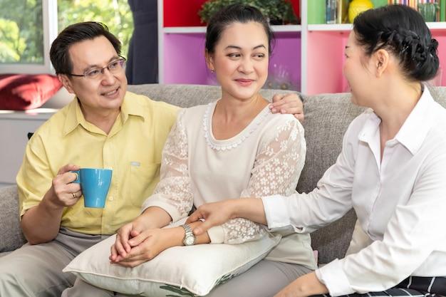 Gruppo di amico pensionato asiatico senior che parla nella casa di cura.