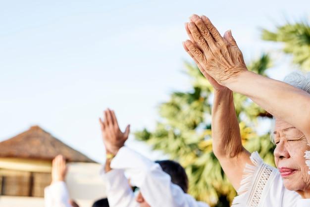 Gruppo di anziani che praticano yoga al mattino