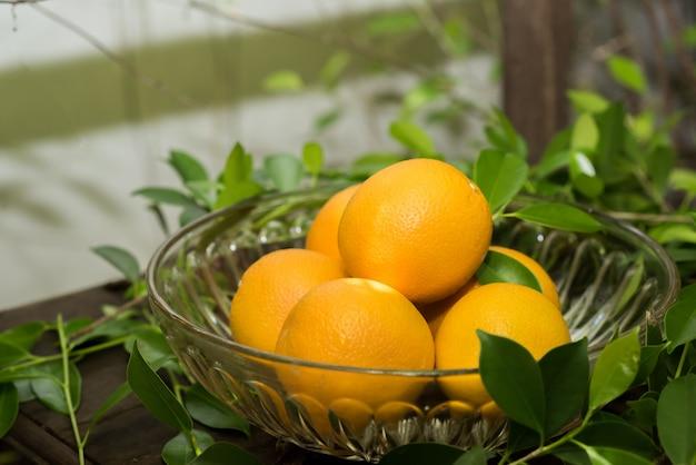 Gruppo di arance appena raccolte e sezione in un cestino