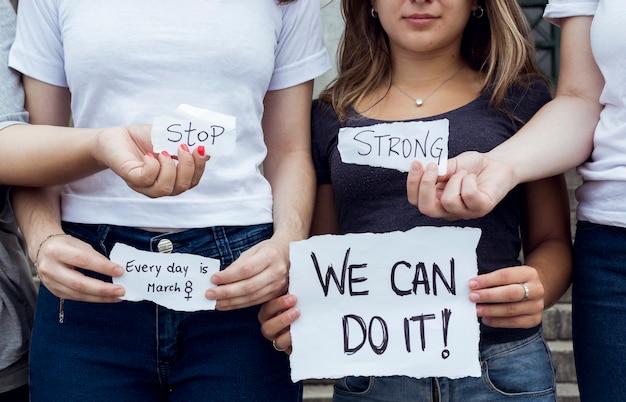 Gruppo di attivista femmina in marcia insieme
