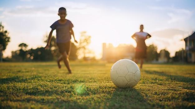 Gruppo di bambini che giocano a calcio calcio
