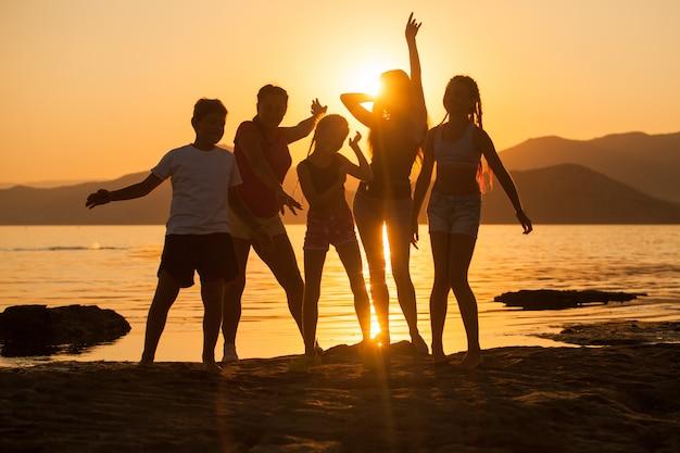 Gruppo di bambini che si divertono sull'oceano.