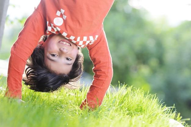 Gruppo di bambini felici che giocano all'aperto nel parco di primavera