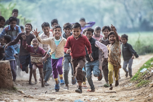 Gruppo di bambini indiani in esecuzione