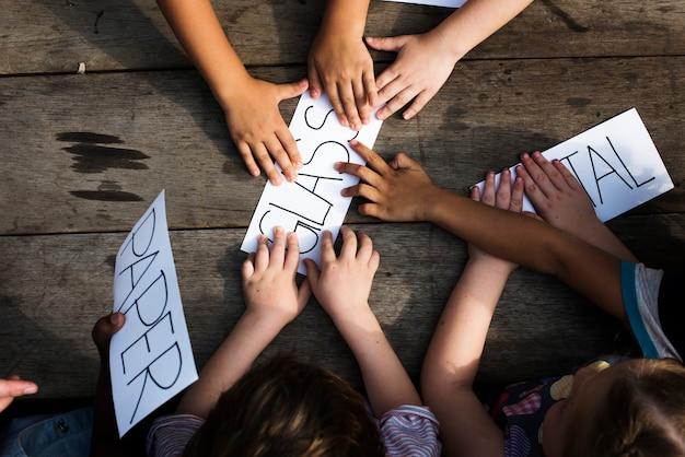 Gruppo di bambini mano con la parola di cose di riciclo