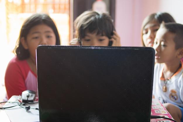 Gruppo di bambino usando il notebook