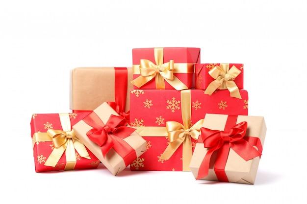 Gruppo di bei contenitori di regalo isolati su fondo bianco