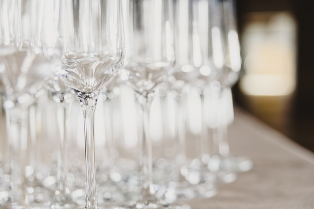 Gruppo di bicchieri di champagne vuoti e trasparenti in un ristorante. gruppo di bicchieri di champagne vuoti e trasparenti in un ristorante.