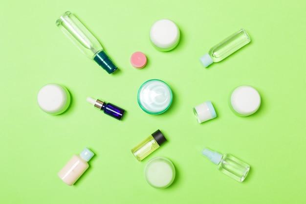Gruppo di bottiglia di plastica per la cura del corpo composizione piatta laica con prodotti cosmetici
