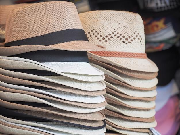 Gruppo di cappelli per uomo e donna vendita in strada dello shopping.