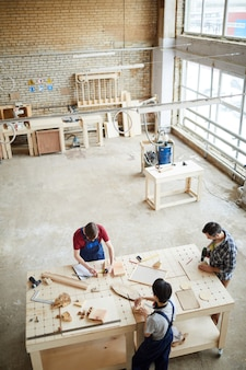 Gruppo di carpentieri che lavorano in background