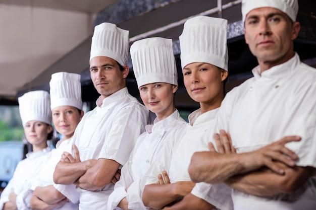 Gruppo di chef in piedi in cucina