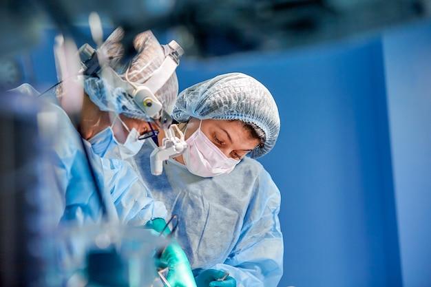 Gruppo di chirurghi all'operazione in sala operatoria all'ospedale