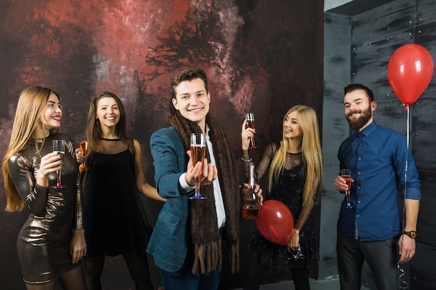 Gruppo di cinque buoni amici che celebrano il 2018