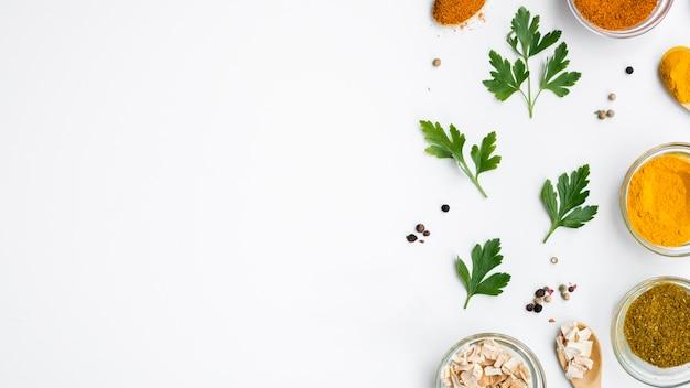 Gruppo di ciotole piene di spezie con foglie