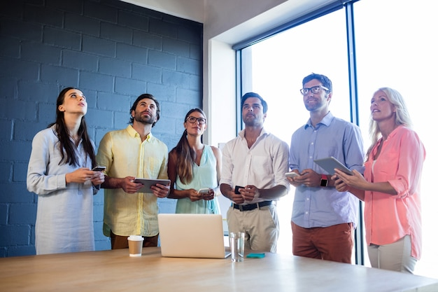 Gruppo di colleghe che utilizzano computer portatili e smartphone e cercare