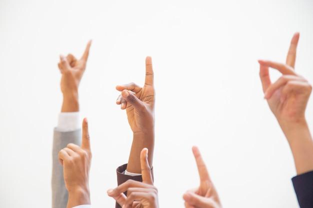 Gruppo di colleghi di lavoro, alzando le braccia